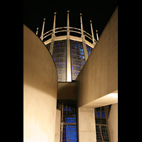 Liverpool, Metropolitan Cathedral of Christ the King, Fenster und Dornenkrone bei Nacht