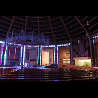 Liverpool, Metropolitan Cathedral of Christ the King, Innenraum mit Orgel und Dornenkrone