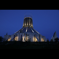 Liverpool, Metropolitan Cathedral of Christ the King, Außenansicht bei Nacht